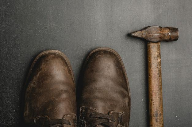 Chaussures marron classiques et vieux hummer sur une table sombre.