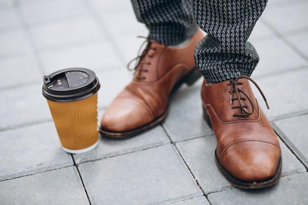 Les chaussures marron mâles se bouchent