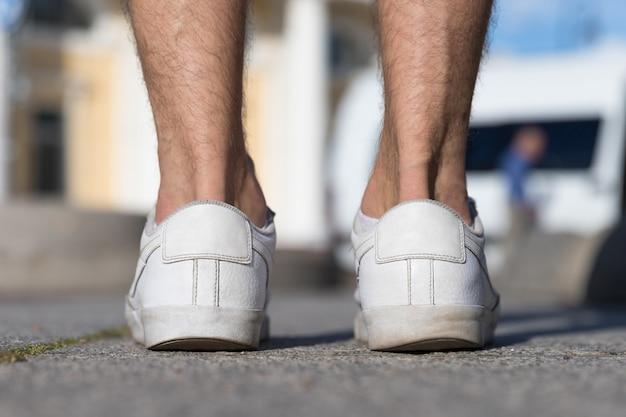 Chaussures masculines de talon d'usure irrégulière, vue arrière agrandi.