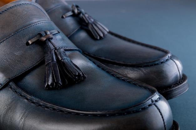 Chaussures de mocassins bleues sur fond bleu