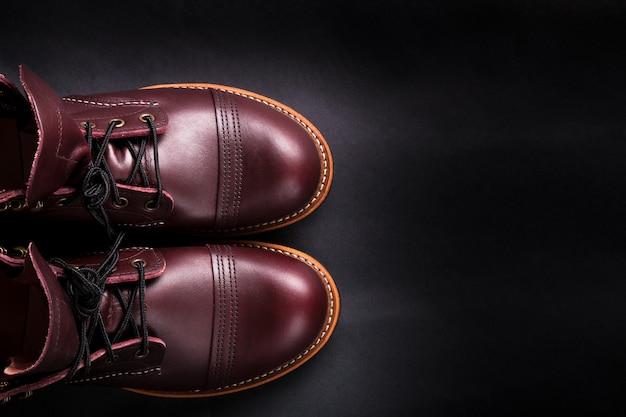 Chaussures mode en cuir marron pour hommes sur fond noir