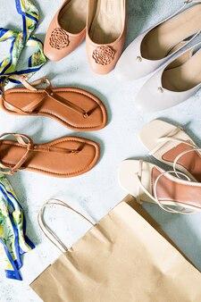 Chaussures de mode pour femmeschaussures pour femmes de couleurs vives sur fond uni copier le texte de l'espace