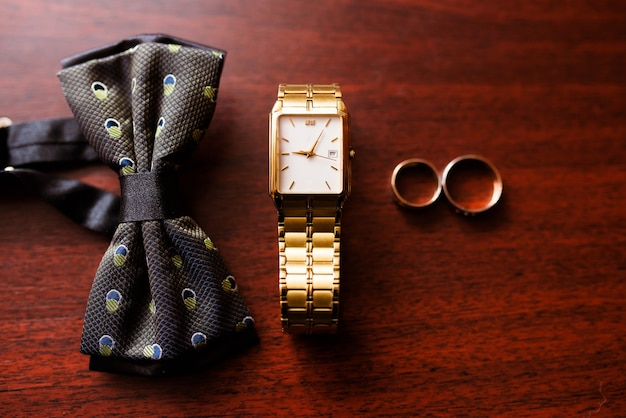 Chaussures, montres et cravates pour hommes.
