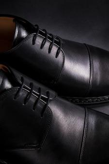 Chaussures oxford noires sur fond noir. vue arrière. fermer.