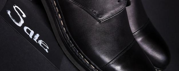 Chaussures oxford noires sur fond sombre
