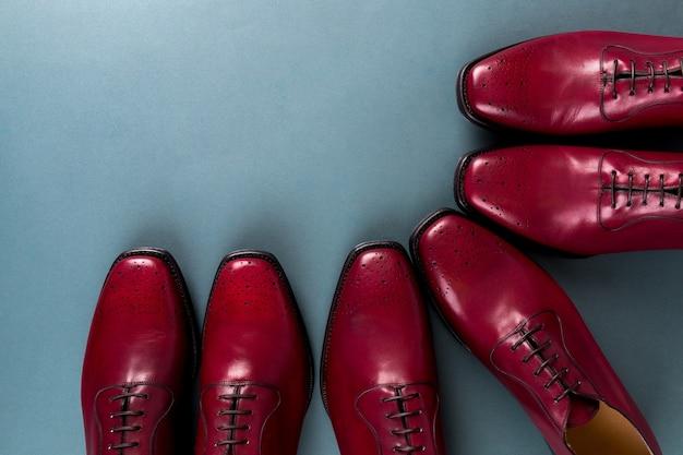 Chaussures oxford rouges sur bleu.