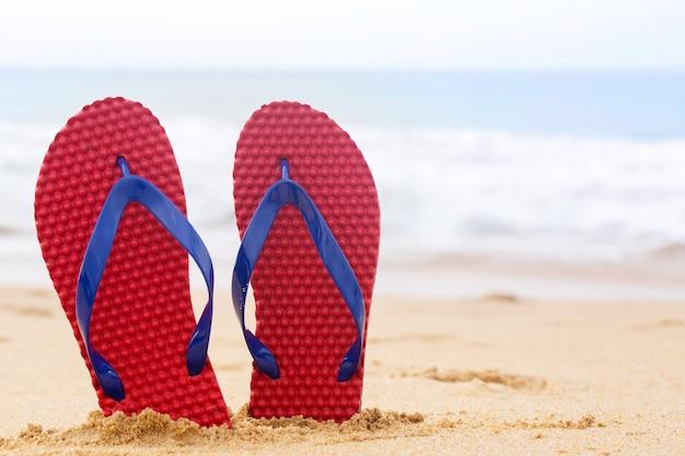 Chaussures de plage sur sable tropical