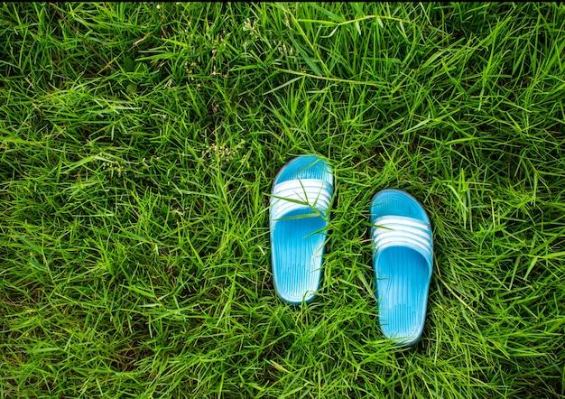 Chaussures pour enfants sur l'herbe verte