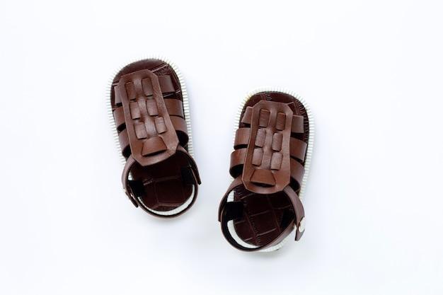 Chaussures pour enfants sur surface blanche
