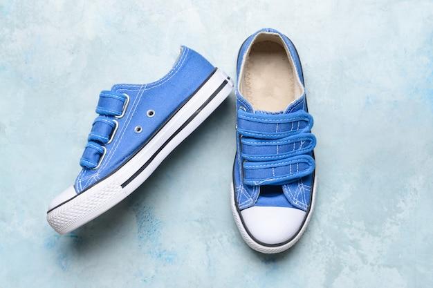 Chaussures pour enfants sur surface légère
