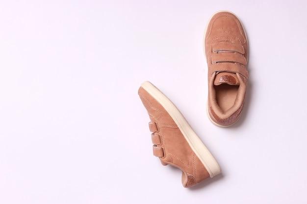 Chaussures pour enfants sur une vue de dessus de fond clair. chaussures pour enfants. photo de haute qualité
