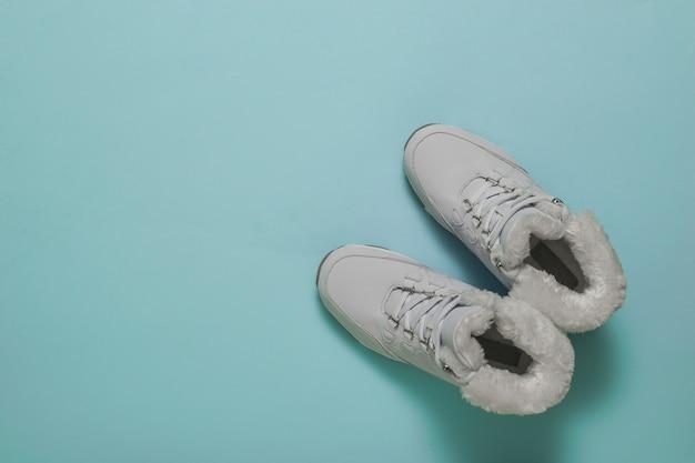 Chaussures pour femmes blanches pour les loisirs hivernaux actifs. chaussures de sport pour l'hiver.