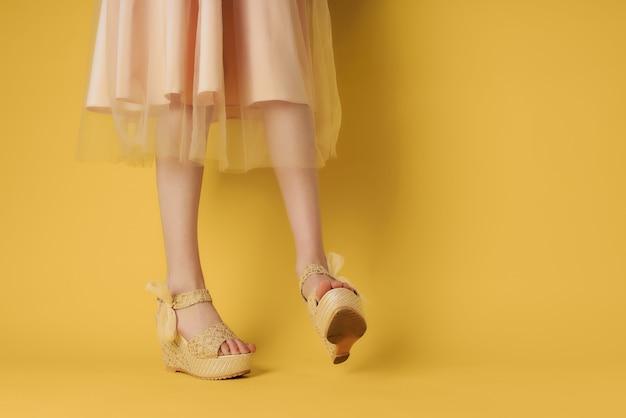 Les chaussures pour femmes à la mode verte parent le style moderne