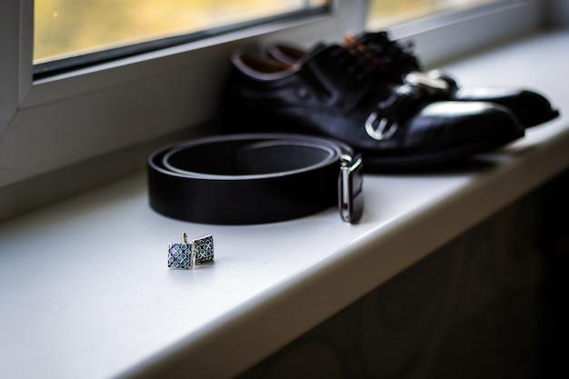 Chaussures pour hommes en cuir avec ceinture et noeud papillon