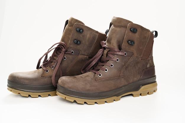 Chaussures pour hommes en cuir marron d'hiver avec une semelle cannelée sur blanc.