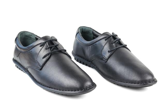 Chaussures pour hommes en cuir noir debout côte à côte isolé sur une surface blanche. chaussures pour hommes classiques.