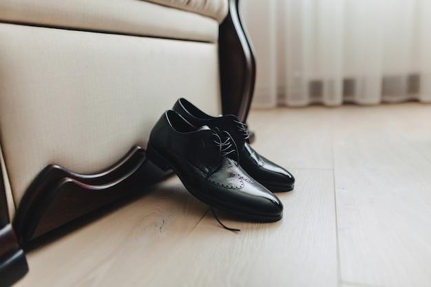 Chaussures pour hommes et vêtements élégants, thème de vacances et mariage