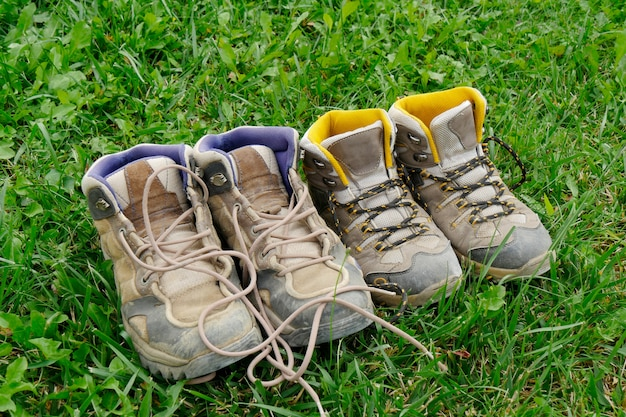 Chaussures de randonnée dans l'herbe