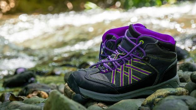 Chaussures de randonnée femme de randonneur sur un rocher