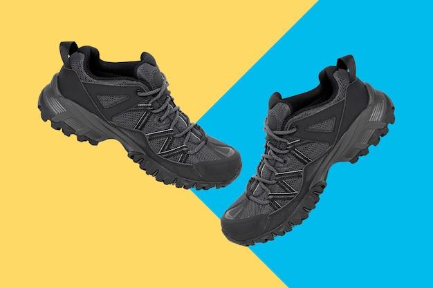 Chaussures de randonnée isolés sur fond bicolore. chemins de détourage.