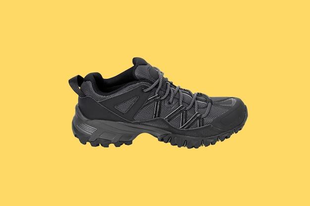 Chaussures de randonnée isolés sur fond jaune. chemins de détourage.