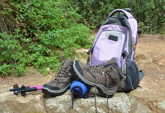 Chaussures de randonnée et sacs à dos dans la nature