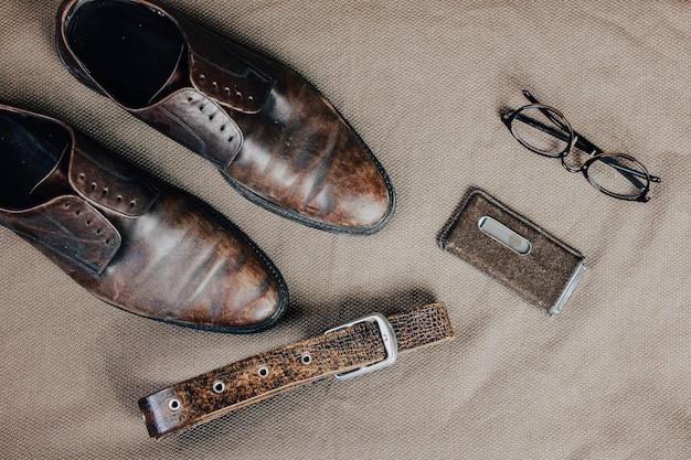 Chaussures rétro en cuir marron ceinture lunettes de soleil steampunk et montre à gousset style vintage