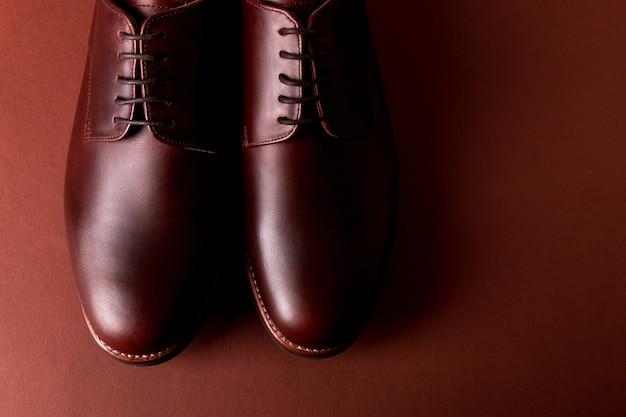 Chaussures richelieu marron sur rouge. fermer. vue de dessus.