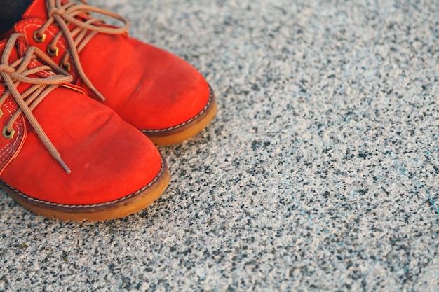 Chaussures rouges sur béton
