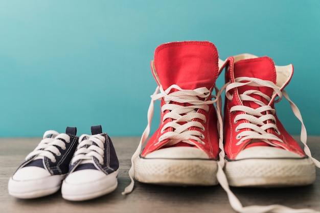 Chaussures rouges et bleues close-up