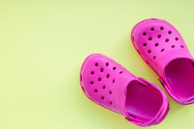 Chaussures sandales roses. baskets en caoutchouc pour la piscine. copyspace. tongs bébé. chaussures pour enfants. concept de l'été.
