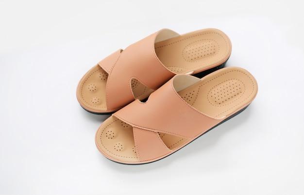 Chaussures à semelles orthopédiques sur fond blanc. chaussure podiatre.