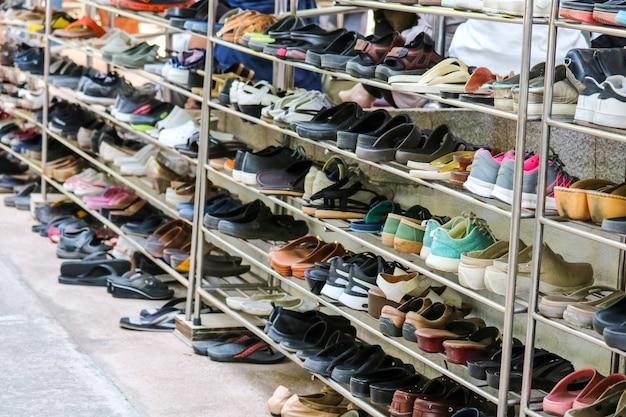 Les chaussures sont rangées de manière ordonnée sur des étagères à l'intérieur d'un temple