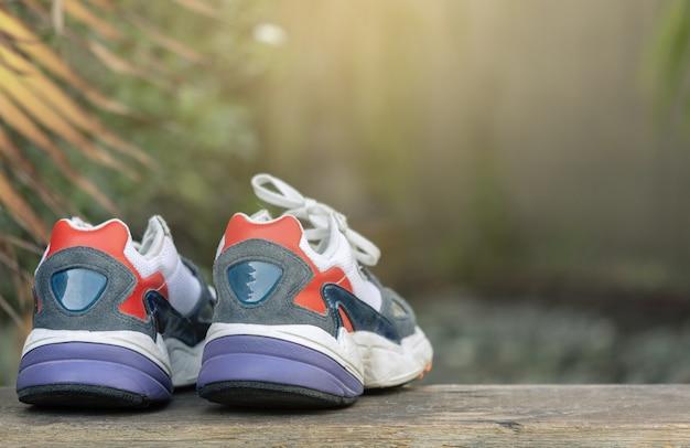 Chaussures de sport sur un arbre flou
