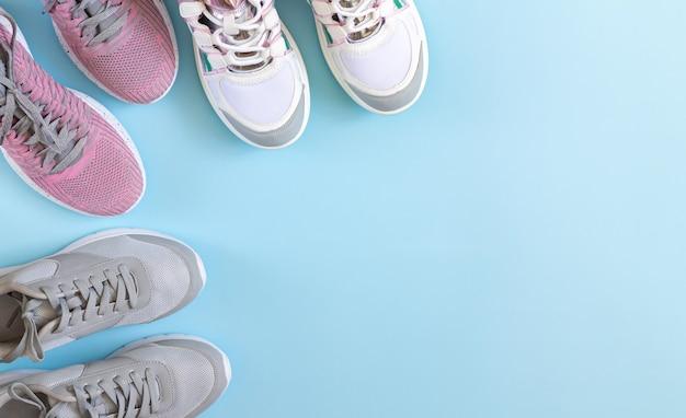 Chaussures de sport ou baskets vue de dessus sur fond bleu