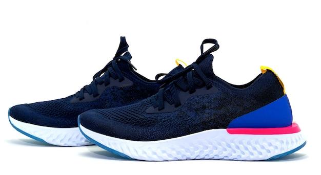 Chaussures de sport bleu foncé sur fond blanc, vue latérale