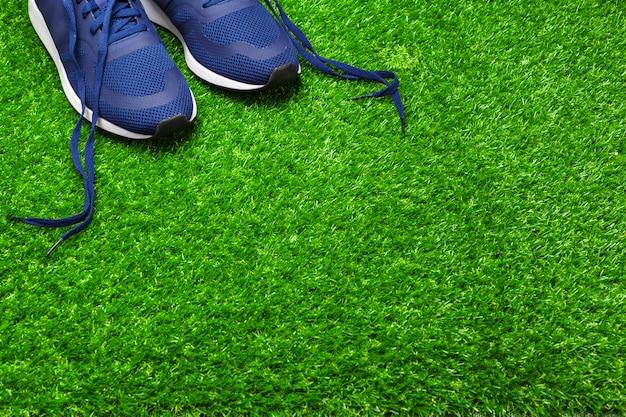 Chaussures de sport sur l'herbe