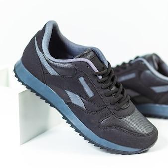Chaussures de sport homme noir fond isolé