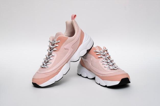 Chaussures de sport modernes sans marque, baskets sur blanc isolé