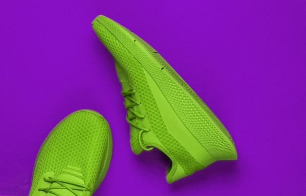 Chaussures de sport vertes élégantes pour courir. vue de dessus