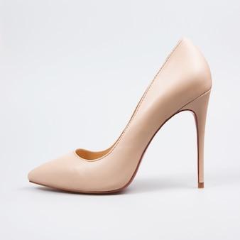 Chaussures à talons hauts beiges isolés sur blanc.