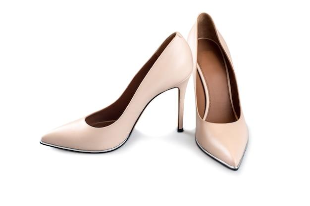 Chaussures à talons hauts beiges isolés sur blanc