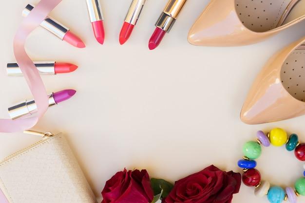 Chaussures à talons hauts de couleur nude avec rouge à lèvres, fleurs et en-tête de héros de portefeuille