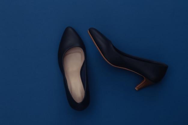 Chaussures à talons hauts en cuir à la mode sur fond bleu classique. couleur 2020. vue de dessus.