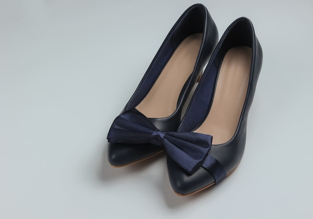 Chaussures à talons hauts pour femmes et noeud papillon