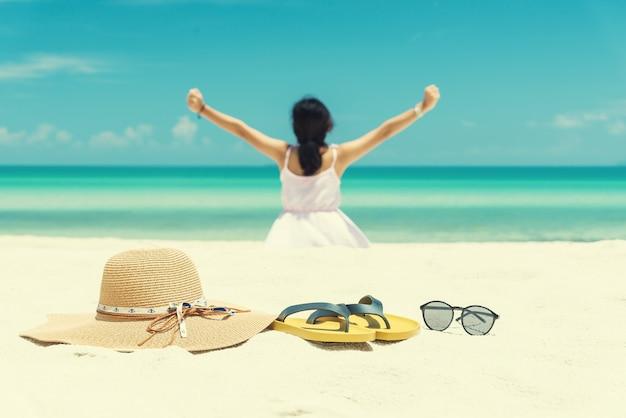 Chaussures verres et chapeau sur la plage