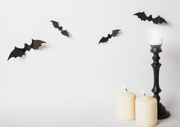 Chauve-souris et bougies enflammées