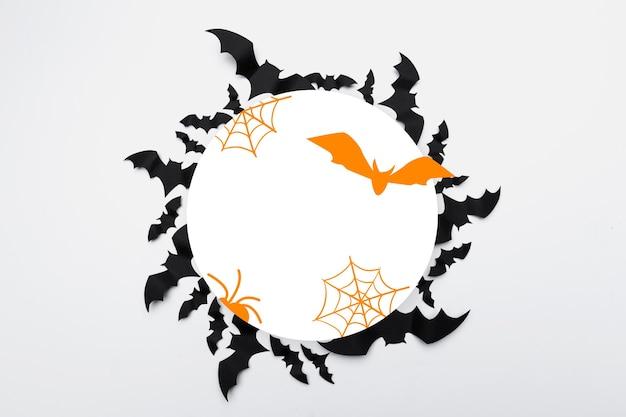 Chauves-souris en papier concept halloween sur fond blanc