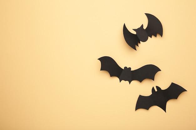 Les chauves-souris en papier d'halloween sur biege.