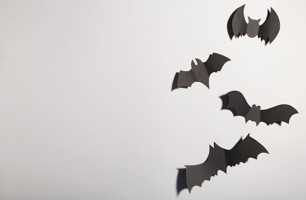 Chauves-souris de papier d'halloween sur fond gris. halloween